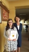 Pani dyrektor Halina Stajszczak z Patrycją Ranachowską  -  uczennicą o najwyższej średniej wśród klas zasadniczych powiatu Inowrocławskiego.